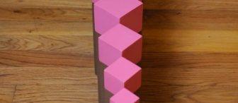 Montessori materyallerinden Pembe kule ve kahverengi merdiven kombine şekilleri